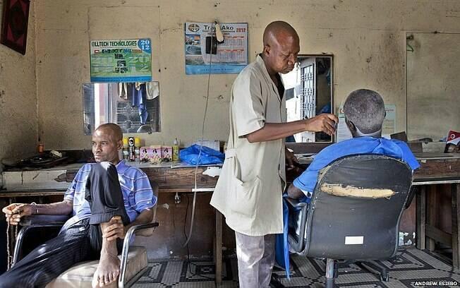 Fotos de Esiebo captam o cotidiano das barbearias de oito países africanos