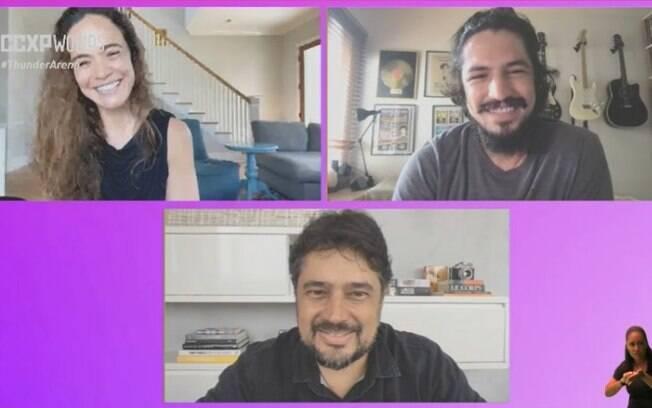 Os atores Gabriel Leone e Alice Braga e o diretor René Sampaio em painel na CCXP Worlds
