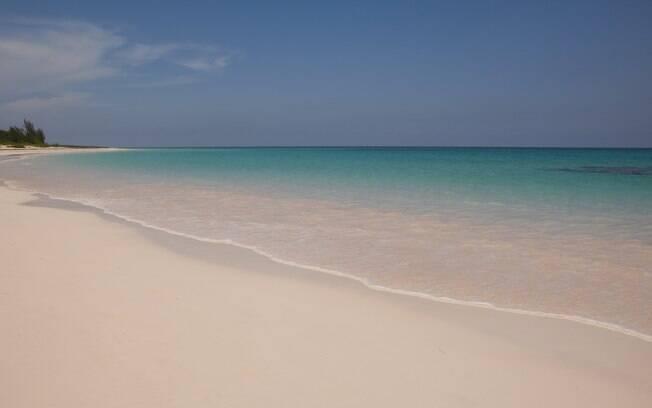 As areias rosadas atraem famílias e casais em lua-de-mel