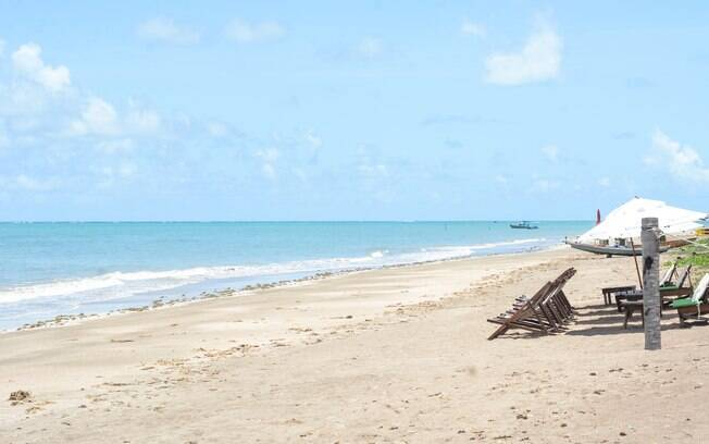 Foto da maravilhosa praia do toque, com areia branca e mar azul.