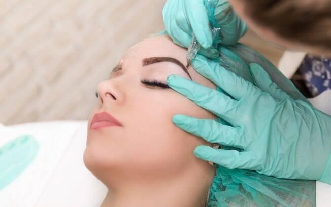 Na hora de saber como corrigir as sobrancelhas é preciso procurar um profissional especializado e não tentar 'dar um jeito'