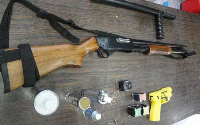 No sentido horário: tonfa (cassetete), espingarda de bala de borracha, arma de choque e gás lacrimogêneo