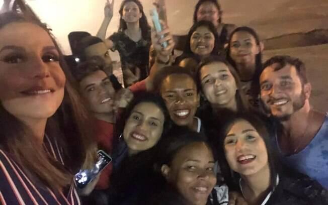 Ivete Sangalo quebra protocolo e atende fãs em Itabuna (BA)
