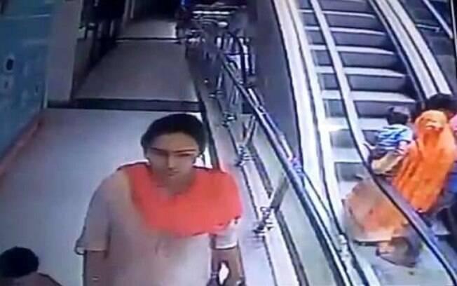 O vídeo foi gravado pelas câmeras de segurança de um shopping na cidade de Ganganagar, no estado do Rajastão