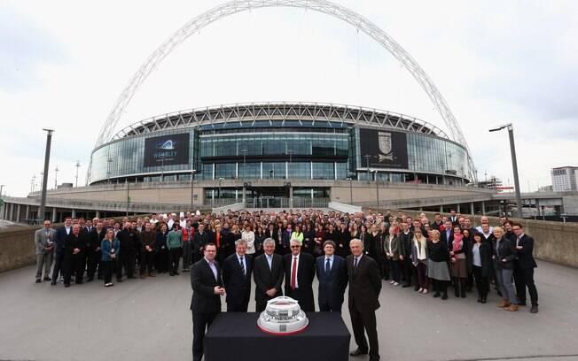 O lendário estádio de Wembley, em Londres,  completou 90 anos de história e ganhou um bolo  personalizado