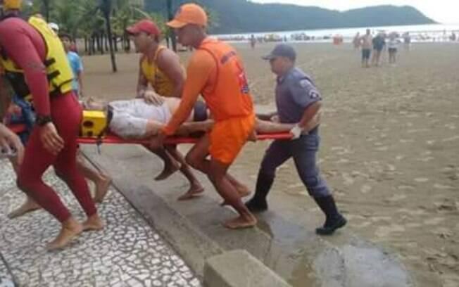 Bombeiros socorrem vítima atingida por raio em Praia Grande. Foto: Reprodução/Facebook
