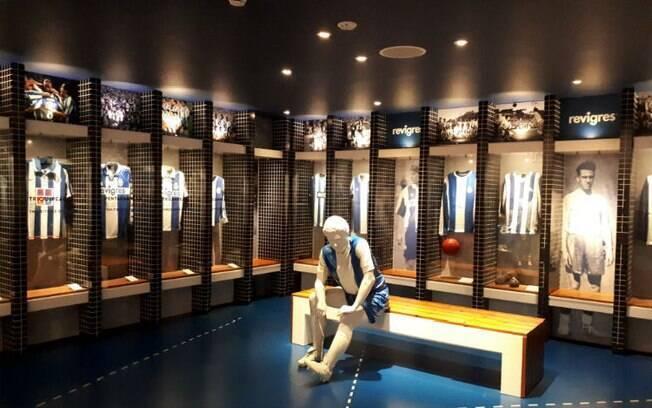 O museu do clube do Porto é super interativo: (foto) reprodução do vestiário dos jogadores com grandes camisas do time