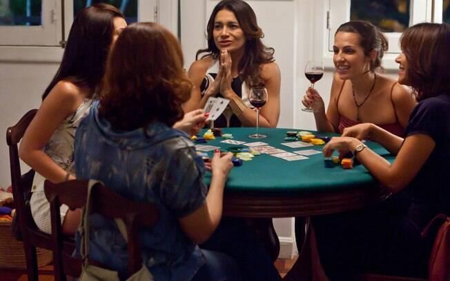 Dira Paes (ao centro, de mãos postas) é Leila, personagem feminina mais