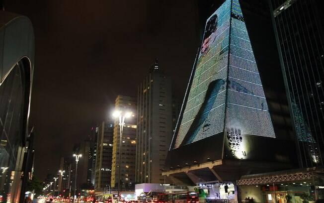 Como parte da exposição, projeções são feitas na fachada do prédio da Fiesp, na Av. Paulista