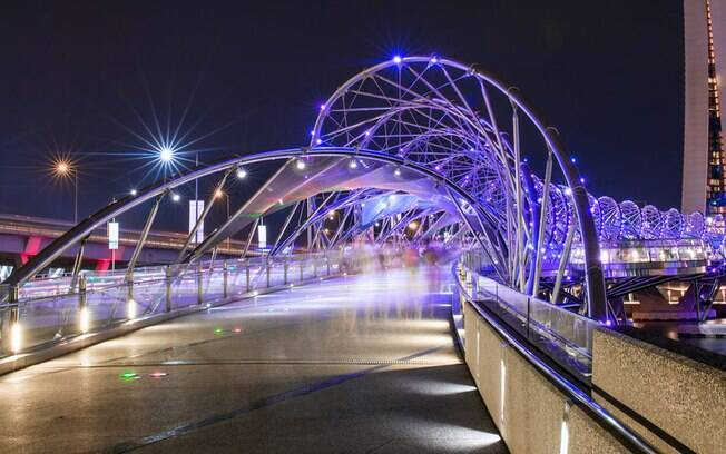 A Ponte Helix é outra da lista das pontes famosas que têm design futurista, iluminando-se à noite com luzes roxas