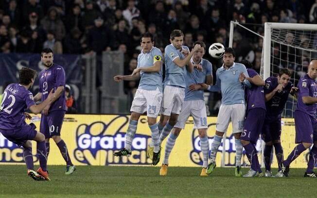 Ljajic acerta cobrança de falta e marca para  a Fiorentina sobre a Lazio