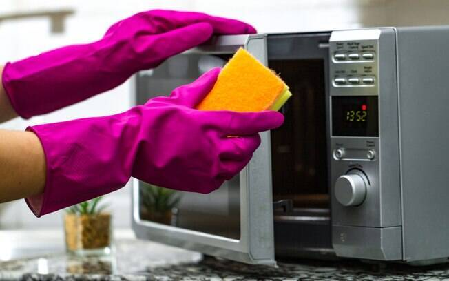 Especialistas ensinam a como limpar micro-ondas corretamente