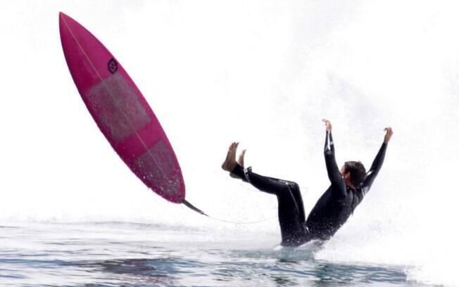 Cauã Reymond cai da pranca durante tarde de surf