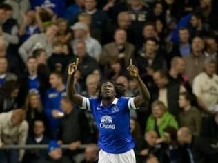 Romelu Lukaku celebra gol marcado em mais uma vitória do Everton na Premier League