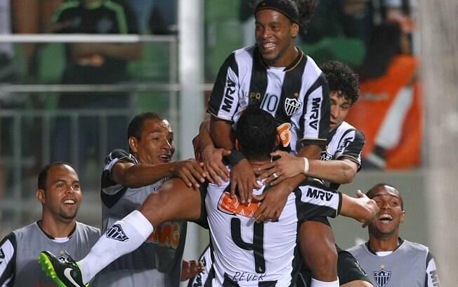 Ronaldinho Gaúcho é festejado pelos  companheiros de Atlético-MG