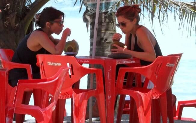 Grazi Massafera e Ana Lima tomam água de coco após caminhada