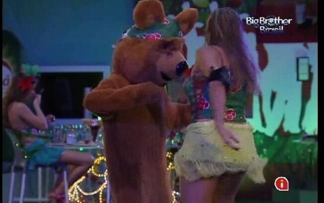 Monique samba com o ursinho