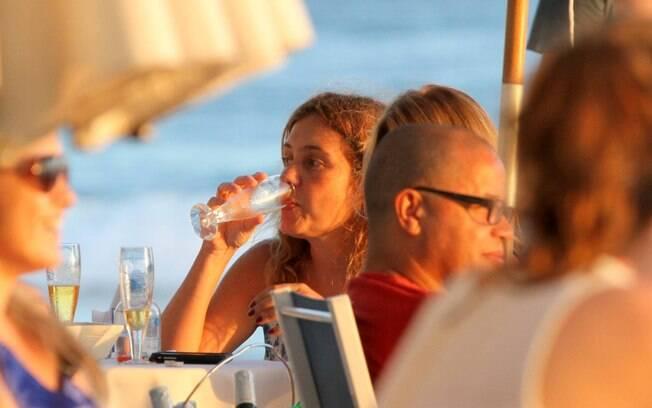 Adriana Esteves e Claudia Abreu se reúnem em bar, no Arpoador, para bater um papo e tomar uma cervejinha