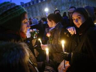 Parisienses se solidarizam às vítimas do atentado ao jornal satírico