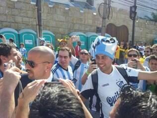 Verón apareceu na esplanada do Mineirão antes do jogo e torcedores foram ao delírio