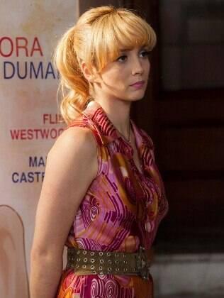Simone Spoladore vive a atriz Dora, uma musa da pornochanchada