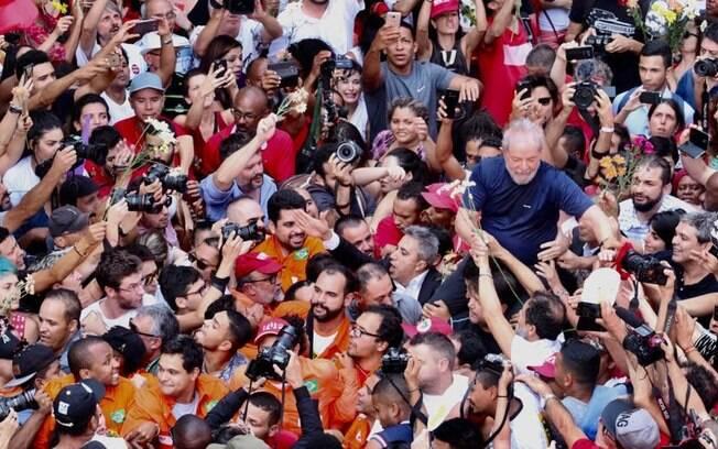Após discursar por quase uma hora, o ex-presidente Lula se encontrou com militantes e chegar a passar mal no sindicato