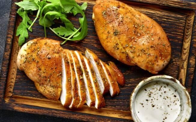 O frango é um ingrediente versátil e quando desfiado vai muito bem em diversas receitas