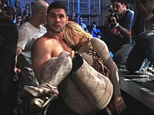Teodora é carregada por Wallace depois de ser agredida pelo público