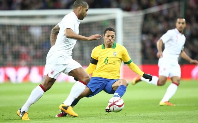Adriano tenta roubar a bola durante amistoso  contra a Inglaterra