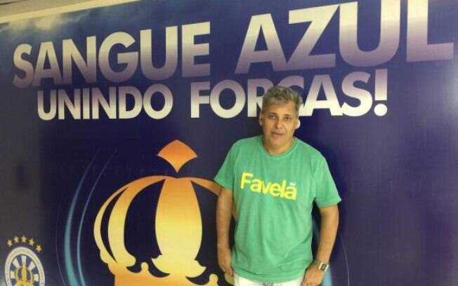 Paulo Menezes, carnavalesco da Unidos de Vila Isabel, espera grande surpresa do público quando a escola entrar na avenida