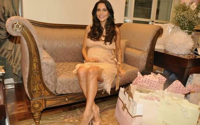 Daniela Albuquerque ganha chá de bebê da minher de Amaury Jr.