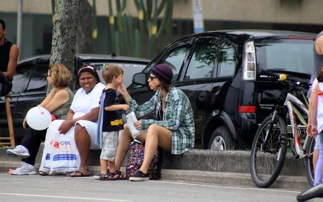 Maria Paula brincando com o seu filho na praia na tarde deste domingo (4)