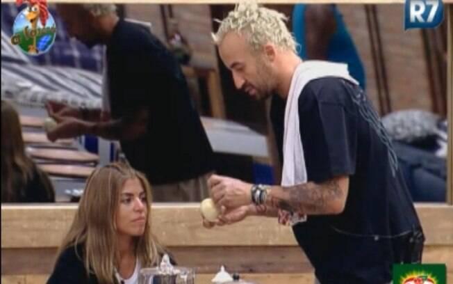 Gui Pádua ajuda Raquel Pacheco a cortar cebola