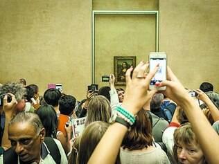 """Registro. Multidão se aglutina para tirar foto do quadro mais famoso do acervo do Louvre, """"Monalisa"""", de Leonardo da Vinci"""