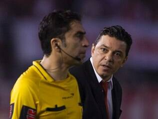 Argentina's River Plate team coach Marcelo Gallardo (R) speaks with the assistant referee during the Libertadores Cup quarterfinals first leg football match against Brazil's Cruzeiro at the Monumental stadium in Buenos Aires, on May 21, 2015.  AFP PHOTO / ALEJANDRO PAGNI