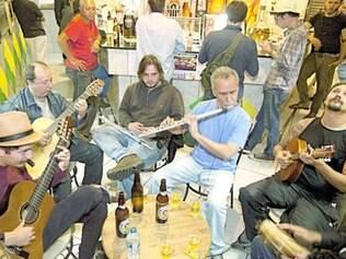 Músicos trocam experiências em roda de choro no bairro Serra