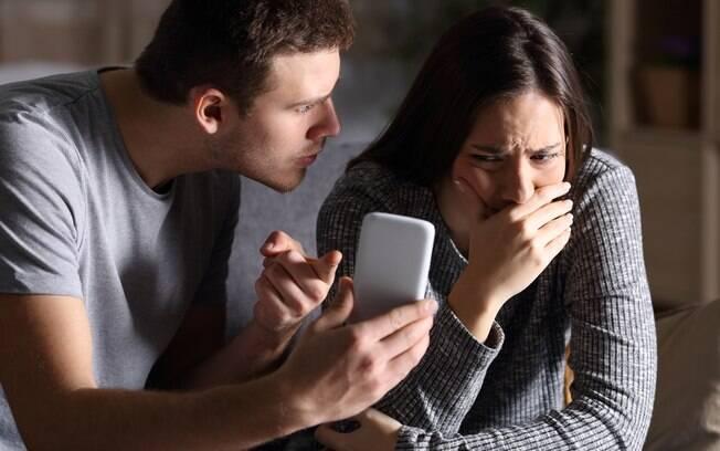 """A jovem ficou mal quando o namorado disse que ela não era boa de cama e mandou vídeos pornôs para """"ensiná-la"""""""