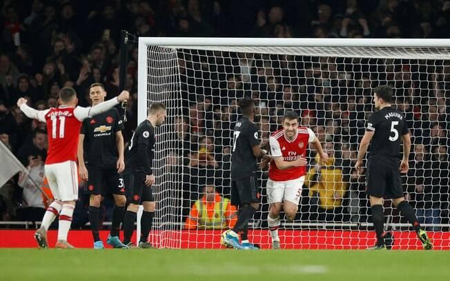 Sokratis comemora o segundo gol da vitória do Arsenal sobre o United