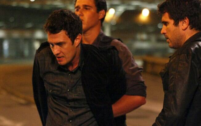 Pedro ajuda os policiais na investigação e coloca o irmão na cadeia