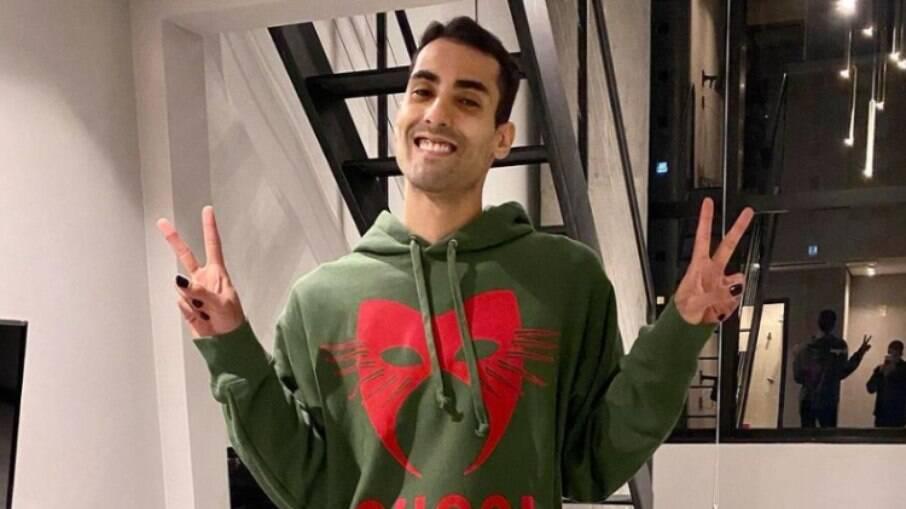 Douglas Souza relata homofobia em aeroporto europeu: 'Um dos piores dia'