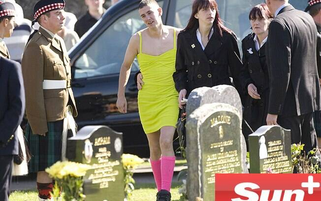 Última promessa, Reino Unido: Barry Delaney deu adeus ao melhor amigo, Kevin Elliott, usando vestido em 2009. Eles apostaram quando serviam no Afeganistão. Foto: Reprodução/The Sun