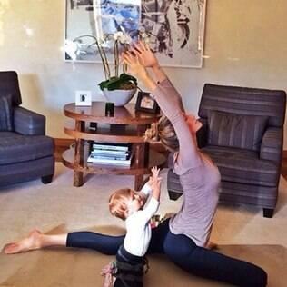 Vivian Lake copia Gisele Bündchen em exercício de Ioga
