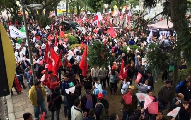 Professores do Paraná fazem caminhada em protesto nesta terça-feira (5.5.2015). Foto: Reprodução/Facebook APP Sindicato