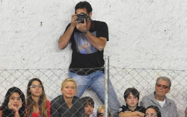 Luciano Szafir e Xuxa atentos na filhota