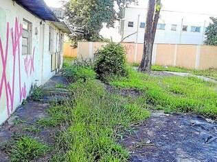 Abandono. Mato, pichações e sujeira cobrem o espaço de lazer localizado no bairro Amazonas