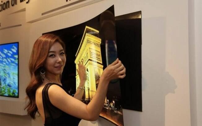 LG Display desenvolveu um painel OLED de 55 polegadas que mais parece um papel de parede: tem apenas 0.97 mm e 1.9 kg