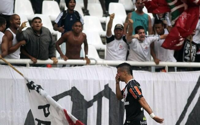 Foto  Agência O Globo Bernardo chora após fazer o gol que manteve o  campeonato aberto. Foto  Agência O 6f574b04f3fbb