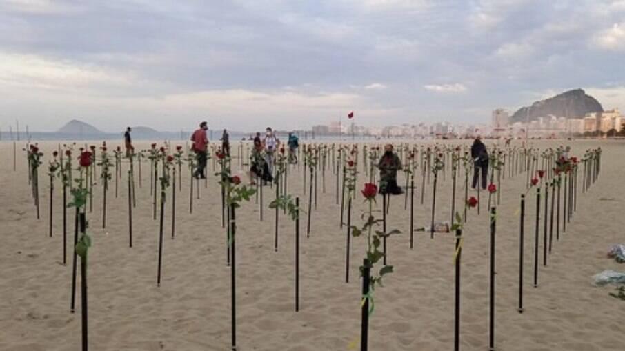 Rosas fincadas na praia de Copacabana