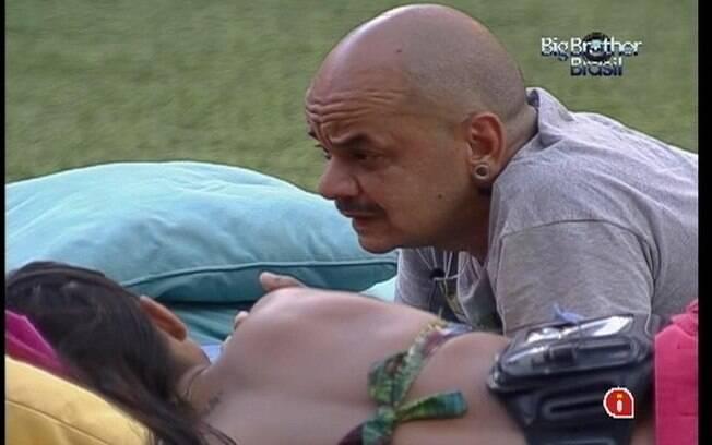 João Carvalho fala para Kelly que acedita estar no Paredão e que algumas brincadeiras o chateiam