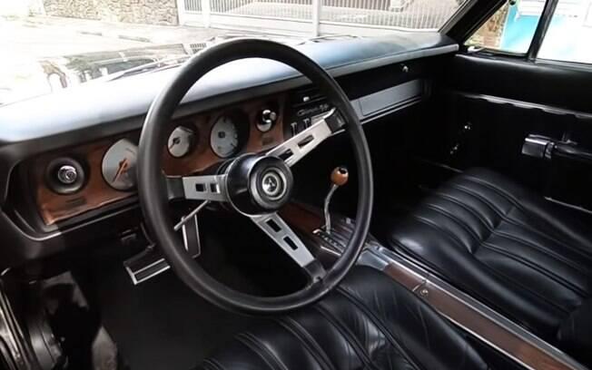 Por dentro, o raro Dodge Charger R/T Triple Black mantém a sobriedade que mostra no exterior, com dose dose de capricho